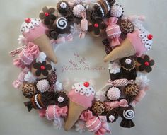 Guirlanda de Doces Christmas Paper, Christmas Candy, Rustic Christmas, Make Your Own Wreath, How To Make Wreaths, Candy Wreath, Diy Wreath, Crafts To Make And Sell, Diy And Crafts