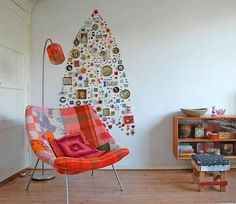 This is a Christmas tree, but the idea can be used for just about anything where you have lots of little keepsakes. | DeMilked