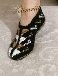 Пинетки описания, cetik описания, bessis cetik образ… Tesettür İç Çamaşır Modelleri 2020 – Tesettür Modelleri ve Modası 2019 ve 2020 Baby Knitting Patterns, Knitting Designs, Crochet Patterns, Crochet Sandals, Knitted Slippers, Crochet Slippers, Tunisian Crochet, Crochet Stitches, Knitting Socks