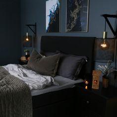 Elegant og lunt😍 Hanging Canvas, Artist Canvas, Art Pieces, Gallery Wall, Minimalist, Layout, Bedroom, Elegant, Furniture