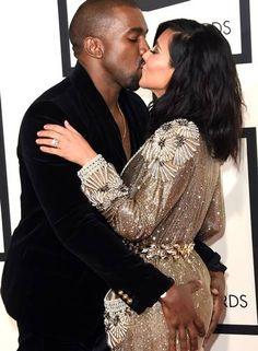 Esta foto foi uma das mais comentadas do Grammy 2015. Kanye West não resistiu e apalpou Kim Kardashian, sua mulher, em pleno tapete vermelho. Os dois também trocaram beijos calorosos diante das câmeras Foto: Jason Merritt / AFP