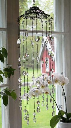 Think about using wire baskets for wind chimes Crystal Wind Chimes, Diy Wind Chimes, Unique Wind Chimes, Wire Crafts, Diy And Crafts, Cd Crafts, Diy Abat Jour, Deco Boheme, Creation Deco