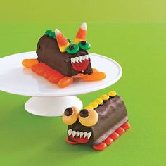 Little Debbie Swiss Roll Chocolate Monsters Bug on out with these colorful critters. Cute treats for a Halloween or bug themed party! Halloween Goodies, Halloween Snacks, Easy Halloween, Halloween Party, Haloween Ideas, Halloween Bags, Halloween Activities, Halloween Stuff, Halloween Decorations