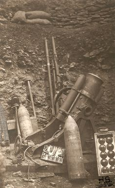 WWI, German 'minenwerfer' with shells and other accessoires. -http://humanbonb.free.fr/Phototheque/images/phototheque/normal/160676739237.jpg