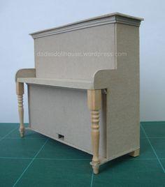 Il nostro pianoforte non è particolarmente difficile da realizzare, ma vi sono parecchi passaggi. Per questo abbiamo suddiviso le spiegazioni in tre post. Il primo è dedicato alla cassa. Nel second...
