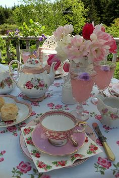 Aiken House & Gardens - Beautiful tea table on the patio. Dresser La Table, Vintage Tea Parties, Vintage High Tea, Vintage Party, Tea Party Table, Tea Sandwiches, Tea Art, Deco Table, My Tea