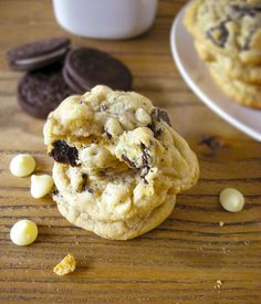 These Oreo white chocolate cookies have crisp edges and a chewy middle laced with chunks of Oreos and gooey white chocolate chips. White Chocolate Cookies, White Chocolate Chips, Vegetarian Cookies, Desert Recipes, Easy Desserts, Cookie Recipes, Sweet Treats, Good Food, Sweets