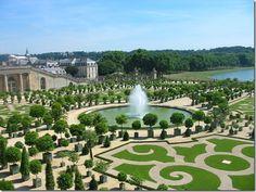 """A vastidão do interior do Palácio de Versalhes foi relativizada pelos grandes jardins projetados por André Le Nôtre Em lugar de bosques impôs""""A simetria, sempre a simetria"""", queixava-se  madame de Maintenon, amante de Luís XIV.  Le Nôtre usou a água – em movimento, na fonte de Apolo, folheada em ouro, em tranquilos, e enormes, espelhos d'água. O projeto exigia tanta água que Luís XIV fez um empreendimento, fracassado, de puxar água do rio Eure, a 65 quilômetros de distância."""