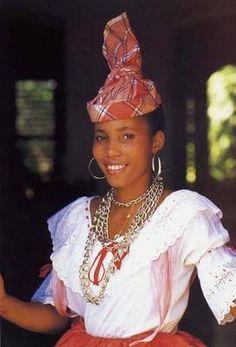 La coiffe est essentielle à la tenue traditionnelle créole. Les femmes en possèdent des «prêtes à poser». Déjà travaillées, elle sont dites «chaudières» et se posent sur les cheveux tirés en arrièr...