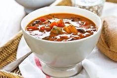 Polévka připravená z kostiček barevných paprik, konzervy loupaných a nakrájených rajčat, černých oliv, nakládaných bílých fazolí a dalších ingrediencí.