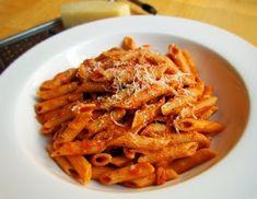 PENNE ROMANOFF SAUCE A LA VODKA (Pour 4 P : 375 g penne, 6 tranches de bacon (ou pancetta), 3 tasses de sauce tomate maison, 1/2 tasse de  vodka, 1 branche de romarin, 1/2 tasse de crème, 3/4 de tasse d'eau, 1/2 tasse de fromage parmesan fraîchement râpé, sel et poivre, huile d'olive)
