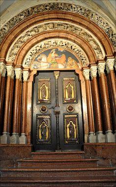 Cool Doors, Unique Doors, Heart Of Europe, Place Of Worship, Painted Doors, Door Knockers, Interior Exterior, Architectural Elements, Beautiful Buildings
