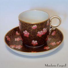 マンダリンダルジャン展示室 Lovely example of the europeans take on asian cherry blossoms on cracked ice patterns. Gorgeous coloring with beautifully detailed ring handle...Exceptional Royal Worcester