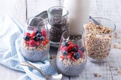 Healthy breakfast or morning snack with chia seeds pudding, granola and berries, vegetarian food, diet and health concept Granola, Turkey Recipes, Vegetarian Recipes, Healthy Living Magazine, Chocolate Treats, Chia Pudding, Healthy Sweets, Acai Bowl, Food And Drink