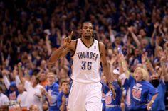 ⚡6 giugno 2012: un vero e proprio uragano di nome Kevin Durant si abbatte sugli Spurs.  L'attuale giocatore dei Nets butta giù una prestazione formidabile: 34 punti  14 rimbalzi  5 assist 9/17 dal campo 2 stoppate  I Thunder conquistano la loro prima finale NBA contro gli Heat, grazie anche ad un team irripetibile, distruggendo una delle più grandi dinastie cestistiche del 2000.  Avrebbero meritato di più secondo voi? ° ° ° ° #nbapassion#kevindurant #oklahomacitythunder #playoffs #amarcord #nba Double Clutch, Kevin Durant, Oklahoma City Thunder, Best Player, Nba, Boys, People, Basketball, Meet