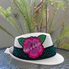 Sombrero con molas para lucir en cualquier ocasión. Disponible con un diseño único. Pedidos y consultas a iedyi28@gmail.com o direct. #molas #mola #panamacity #panama #panamademoda #diseño #design #handmade #hechoamano #fedorahat #fedora #hat #sombrero #fashion #moda #style #flor #flower #molaspanama #ventaspanama #madeinpanama #diseñopanama #handcraft #artepanama #trendy #artetextil #textilart #panamá #fashionpty #modapanama Painted Hats, Casual Outfits, Fashion Outfits, Travel Wardrobe, Hair Dos, Sun Hats, Tatting, Diy And Crafts, Floral