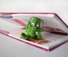 """Häkelanleitung """"Der kleine Bücherwurm"""" - Gratis im Crazypatterns-Blog zum selber Häkeln https://www.crazypatterns.net/de/blog/1192/haekelanleitung-der-kleine-buecherwurm- #häkeln #crochet #häkelanleitung"""