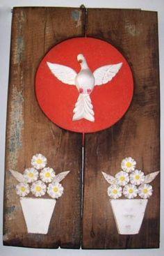 Divino Espírito Santo Madeira Janela De Demolição Arte Minas - en MercadoLibre Crafts, Confirmation, Eucharist, Wooden Art, Carved Wood Signs, All Saints, Woodworking Plans, Religious Art, Mandalas