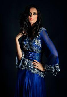 Caftan bleu roi, dentelle de calais et mousseline. Caftan signé Touria Chraibi pour Zinat Couture Photo : © Lamia Lahbabi 2012