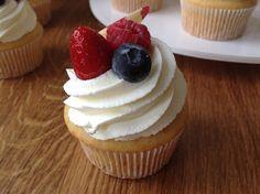 Cupcakes s ovocem a jogurtovým krémem Brownie Recipes, Cupcake Recipes, Coffee Break, Mini Cupcakes, Sweet Recipes, Tiramisu, Tea Time, Muffins, Cheesecake