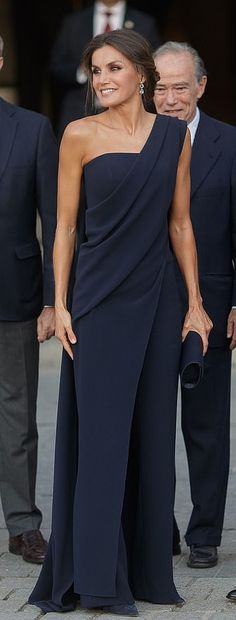 Spanish Queen Letizia elegance in a one-shouldered Pedro del Hierro draped jumpsuit. She completed the look with navy Nina Ricci heels and a Felipe Varela clutch. She accessorized with a pair of Bvlgari earrings. Spanish Queen, Spanish Royal Family, Outfit Elegantes, Evening Dresses, Formal Dresses, Queen Letizia, Royal Fashion, Mode Outfits, Jumpsuits For Women