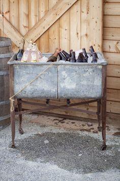 25 Creative Outdoor Wedding Drink Station and Bar Ideas Industrial Wedding, Vintage Industrial, Rustic Industrial, Vintage Metal, Buffet Chic, Estilo Industrial Chic, Barn Parties, Outdoor Parties, Wash Tubs