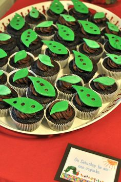 Cupcakes with marshmallow fondant leaves