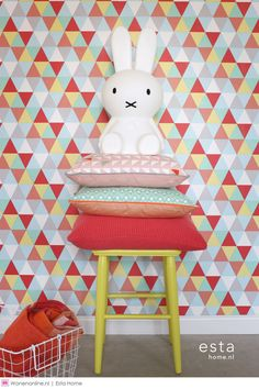 Wallpaper Xandra red Wallpaper Xandra Rot – graphic children& wallpaper with colorful triangles in Scandinavian Red Wallpaper, Home Wallpaper, Pattern Wallpaper, Geometric Wallpaper, Colorful Wallpaper, Curtains Childrens Room, Bleu Pastel, Most Beautiful Wallpaper