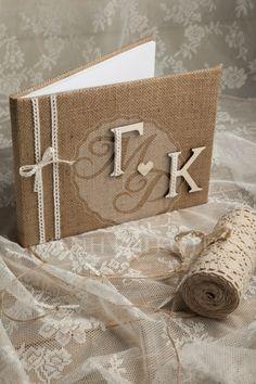 Χειροποίητο βιβλίο ευχών γάμου με λινάτσα και τα αρχικά του ζευγαριού