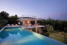 """Villa """"Daniel"""" (Beauvallon)  - Zeer exclusieve moderne villa met privé zwembad nabij Sainte-Maxime. Gelegen op loopafstand van het strand (5 minuten). Qua desgin en inrichting een van de meest bijzondere villa's in ons portfolio. De villa is gesitueerd op het zuiden met zicht op Saint-Tropez en de Middellandse Zee. De villa is geschikt voor 11 personen."""