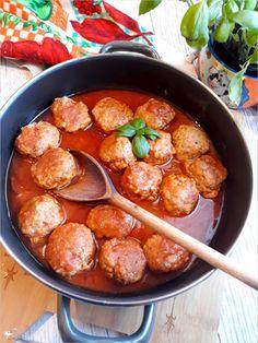 Pulpeciki w sosie pomidorowym - prosty przepis na obiad. Moje dzieci je uwielbiają. Polecam i Wam. Prosty i pyszny pomysł na obiad dla całej rodziny. Wystarczy Whole30 Dinner Recipes, Delicious Dinner Recipes, Vegetarian Recipes, Cooking Recipes, Healthy Recipes, Healthy Meals For Two, Easy Meals, Milanesa, Good Food