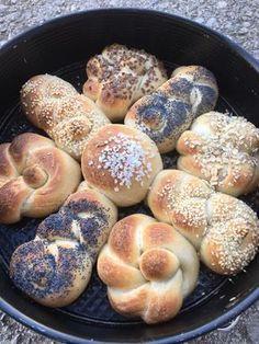 Brot/Weckerl - Backen macht GLÜCKlich - Stoibergut Savoury Baking, Bread Baking, No Carb Bread, Pampered Chef, Bread Rolls, Bagel, Doughnut, Bread Recipes, Sausage