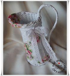 """Džbán Džbán je upleten technikou papírový pedig s """"dekupáží"""" květin. Je dekorován paličkovanou krajkou ze 100% bavlny. I když je vyroben z papíru nemusí sloužit jen na umělé či sušené květiny. Do džbánu vložte sklenici s vodou a můžete se denně radovat z čerstvých kytiček. Džbán můžete použít i jako obal na jehlice, vařečky apod. V oušku je zapleten drát a ..."""