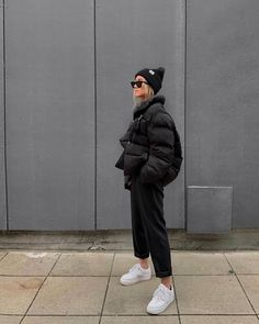 25 Puffer Jacket Outfits to Try in Here are the 25 best puffer jacket outfits we've seen in 2020 so far. Inspirations were taken from the most stylish fashion influencers worlwide. Puffer Jackets, Winter Jackets, Winter Fashion Outfits, Look Fashion, Women's Summer Fashion, World Of Fashion, Fashion Dresses, New York Outfits, Lazy Outfits