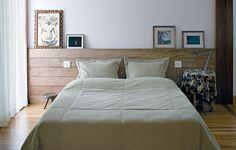 Aqui, piso e cabeceira são feitos do mesmo material: madeira cumaru. Isso dá unidade ao ambiente. Projeto do escritório de arquitetura Bernardes Jacobsen Furniture, Home, Home Bedroom, New Homes, Decor Inspiration, Bed, Bedroom, Double Bedroom, New Room