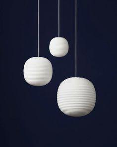 Lantern Pendant er designet af den norske designduo @anderssenvoll for @newworksdk og er inspireret af den ikoniske skandinaviske rispapirlampe. Pendlen fås i tre størrelser fra ø. 20 cm til en vejledende pris på 1.295 kr. #newworksdk #roomstoredk #lanternpendant #anderssenvoll #pendant #lighting by roomstoredk