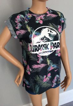 Basically a marriage of my favorite fashion and my favorite film. Ladies, take note. Disney Vacation Shirts, Disney Pjs, Jurassic Park T Shirt, Theme Park Outfits, Family Outfits, Dope Outfits, Universal Studios, Family Shirts, Cute Shirts