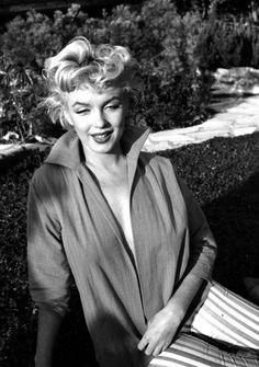 """ETE 1954, Marilyn sous l""""oeil de Ted BARON (session chemise verte, pantalon rayé)."""