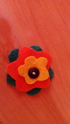 Broche realizado con fieltro de diferentes colores.