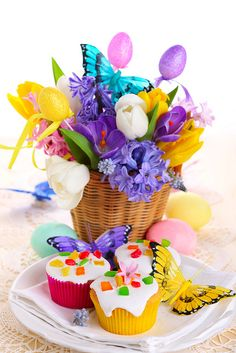 Easter Table Cupcake Centerpiece Easter Dinner, Easter Table, Easter Brunch, Cupcake Centerpieces, Cupcake Display, Easter Cupcakes, Pastry Cake, Spring Has Sprung, Arte Floral