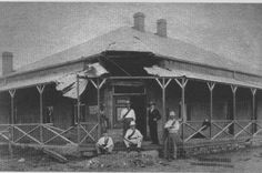 The building of Standard Bank in Kimberley during the Anglo Boer War. Mafeking shops in the Market Square, still looked very similar to this in the when I lived there. Diamond City, Armed Conflict, Zulu, African History, Countries Of The World, Live, 1940s, Trek, South Africa