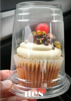 Plastic cups pull double duty - use for iced coffee drinks and single cupcakes! such a great idea! Plastic cup with a lid upside down for individual cupcake carriers! How to cover individual cupcakes for a cake stall Perfect idea for farmer's market baked Bake Sale Packaging, Cupcake Packaging, Food Packaging, Cupcakes Packaging Ideas, Mini Cakes, Cupcake Cakes, Cupcake Recipes For Kids, Dessert Recipes, Cupcake Carrier