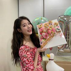 South Korean Girls, Korean Girl Groups, Iu Twitter, Korean Actresses, Korean Actors, Trending Videos, Aesthetic Photo, Korean Singer, Baby Love
