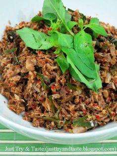 tongkol suwir dengan bumbu pedas a la Manado yang sedap dan tahan lama Fish Recipes, Seafood Recipes, Cooking Recipes, Healthy Recipes, Drink Recipes, Simple Recipes, Chicken Recipes, Malay Food, Indonesian Cuisine