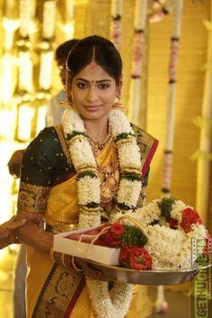 Actress Vijayalakshmi Wedding Stills Telugu Brides, Telugu Wedding, Indian Bridal Sarees, Indian Bridal Wear, Flower Garland Wedding, Wedding Garlands, Flower Garlands, Photo New, Hindu Bride