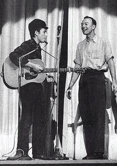 Dvid Gahr Bob Dylan and Pete Seeger, New York City 1962 Bob Dylan, Folk Music, My Music, Radios, Pete Seeger, Blues, Joan Baez, Zimmerman, Popular Music
