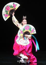 Image result for 부채춤 Korean Outfits, Korean Clothes, Dance Outfits, Korean Beauty, Harajuku, Oriental, Art Photography, Culture, Traditional