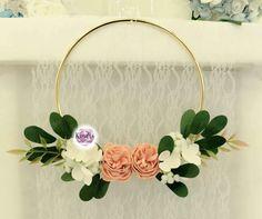 È realizzato decorando con fiori un cerchio in materiale naturale o metallo leggero. Se siete una sposa fresca e originale, con una passione per lo stile retrò, non potete non prendere l'hoop bouquet in considerazione! Bouquet, Corsage, Glamour, Wreaths, Door Wreaths, Bouquet Of Flowers, Bouquets, Deco Mesh Wreaths, The Shining
