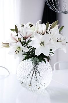 White flowers and short round glass vase #interordecor #decoratewithflowers