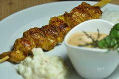 Hühner-Saté-Spießchen mit Erdnuss-Sauce